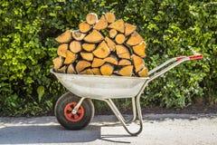 有木柴的推车 免版税图库摄影