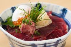 有未加工的金枪鱼的日本生鱼片饭碗 图库摄影