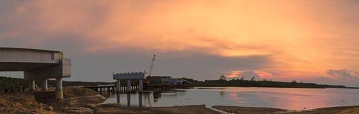有未完成的桥梁建筑的日落全景 免版税库存图片