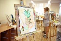 有未完成的静物画绘画的画架在艺术家的车间 库存图片