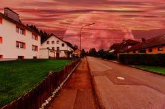 有未来派星辰间的天空的村庄街道 库存图片