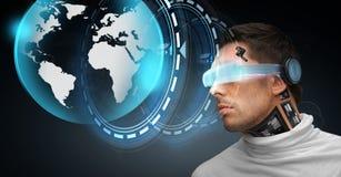 有未来派玻璃和传感器的人 免版税库存照片