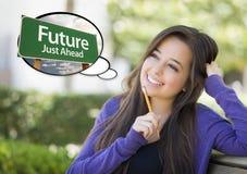 有未来绿色路标想法泡影的青少年的女性  图库摄影