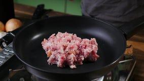 有未煮过的长柄浅锅,剁碎肉 免版税库存照片