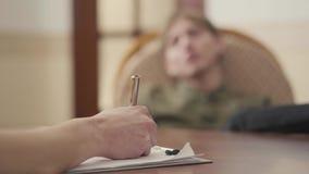 有未被认出的心理学家与她的患者的会议 人分享他的问题和恐惧 精神健康 股票录像