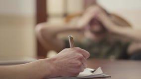 有未被认出的心理学家与她的患者的会议 人分享他的问题和恐惧 精神健康 影视素材