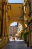 有未认出的人的拱道在卢卡,托斯卡纳,意大利 免版税库存图片