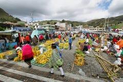 有本地产的衣裳的厄瓜多尔种族人在一个农村星期六市场上在Zumbahua村庄,厄瓜多尔 库存图片