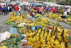 有本地产的衣裳的厄瓜多尔种族人在一个农村星期六市场上在Zumbahua村庄,厄瓜多尔 免版税库存照片