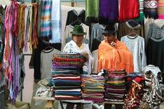 有本地产的衣裳的厄瓜多尔种族妇女在一个农村星期六市场上在Zumbahua村庄,厄瓜多尔 免版税库存照片
