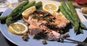 有机三文鱼用雀跃、芦笋和莳萝 免版税库存照片