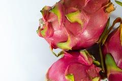 有机与白色拷贝空间,食物背景的龙热带新鲜水果 免版税图库摄影