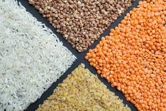 有机五谷:米、扁豆、碾碎干小麦和荞麦 饮食食物,背景 免版税库存照片