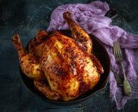 有机健康健壮的自由放养的烤箱烘烤了在土气平底锅的鸡有柠檬切片的和rosmary 免版税库存图片