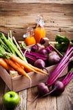 有机农场 在木板箱的新鲜蔬菜 免版税库存照片