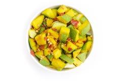 有机切的印地安芒果(印度的Mangifera)在白色碗 免版税库存照片