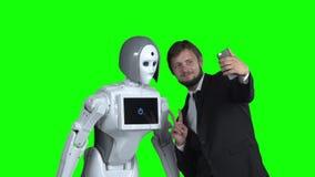 有机器人的人被拍摄并且采取selfie 绿色屏幕 慢的行动 股票视频