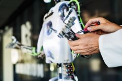 有机器人的无法认出的科学家 库存图片