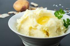 有机土豆捣碎了用黄油、牛奶和海盐 图库摄影