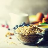 有机成份健康早餐-莓果,牛奶,鸡蛋,在灰色具体背景的燕麦粥 复制空间 健康 库存图片