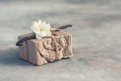 有机手工制造肥皂用在具体背景的香草,温泉概念 免版税图库摄影