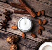 有机提取乳脂,面孔的化妆水和身体 自然喜欢秀丽健康和年轻的皮肤 Eco化妆用品 库存照片