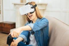 有机敏的妇女在她的头的虚拟现实玻璃 免版税库存图片