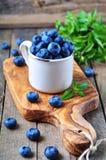 有机新鲜的蓝莓用在木背景的薄荷 图库摄影