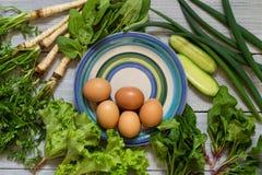有机新鲜蔬菜和鸡蛋 维生素和蛋白质的来源 黄瓜、荷兰芹、奎奴亚藜和蓬蒿 免版税库存图片