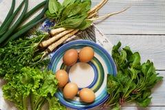 有机新鲜蔬菜和鸡蛋 维生素和蛋白质的来源 黄瓜、荷兰芹、奎奴亚藜和蓬蒿 图库摄影