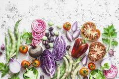 有机新鲜蔬菜背景 圆白菜,甜菜,豆,蕃茄,在轻的背景,顶视图的胡椒 免版税库存图片
