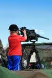 有机枪的小男孩 免版税库存图片