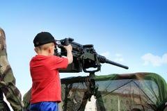 有机枪的小男孩 免版税库存照片