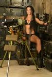 有机枪的深色的妇女 免版税库存图片