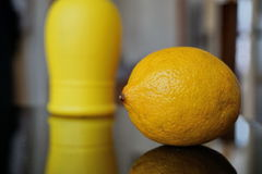 有机柠檬和被装瓶的柠檬汁作为被保存的对比新鲜和 免版税库存照片