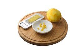 有机柠檬果子、新近地被磨碎的果皮或者外皮和磨丝器 免版税库存图片