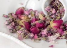 有机桃子玫瑰色药草浸剂宏观看法  免版税库存照片