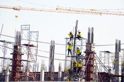 有机械楼房建筑站点的建造者工作者 免版税库存照片