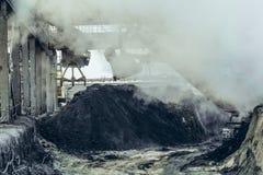 有机械multivalve蛤壳状机件劫掠的吊车和在热多灰尘的桶挖掘机工业站点 库存照片
