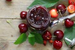 有机樱桃果酱用新鲜的莓果 免版税库存照片