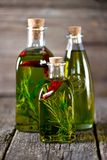 有机橄榄油用香料和草本在老木背景 健康的食物 免版税库存照片