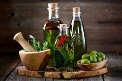 有机橄榄油用香料和草本在老木背景 健康的食物 库存照片