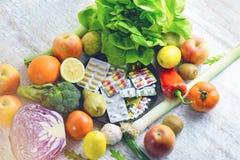 有机水果和蔬菜和营养补充您健康吃的-饮食 库存照片
