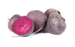 有机深红甜菜根,在白色背景 新鲜的未加工的蔬菜 健康和有机概念 库存照片