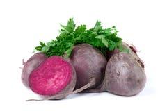 有机深红甜菜根,在白色背景 新鲜,干净和未加工的蔬菜 健康概念 免版税图库摄影