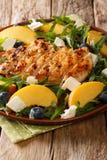 有机烤鸡丁沙拉,新鲜的桃子,蓝莓, arugu 免版税图库摄影