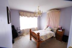 有大提琴的女孩的卧室 免版税库存照片