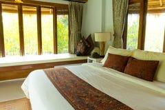 有机盖河床的农村样式卧室 免版税库存照片