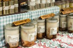 有机罐装鸭子, confit de canard,显示在普罗旺斯街市上 免版税库存图片