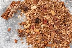 有机自创格兰诺拉麦片谷物用燕麦、杏仁、茴香和cin 库存照片